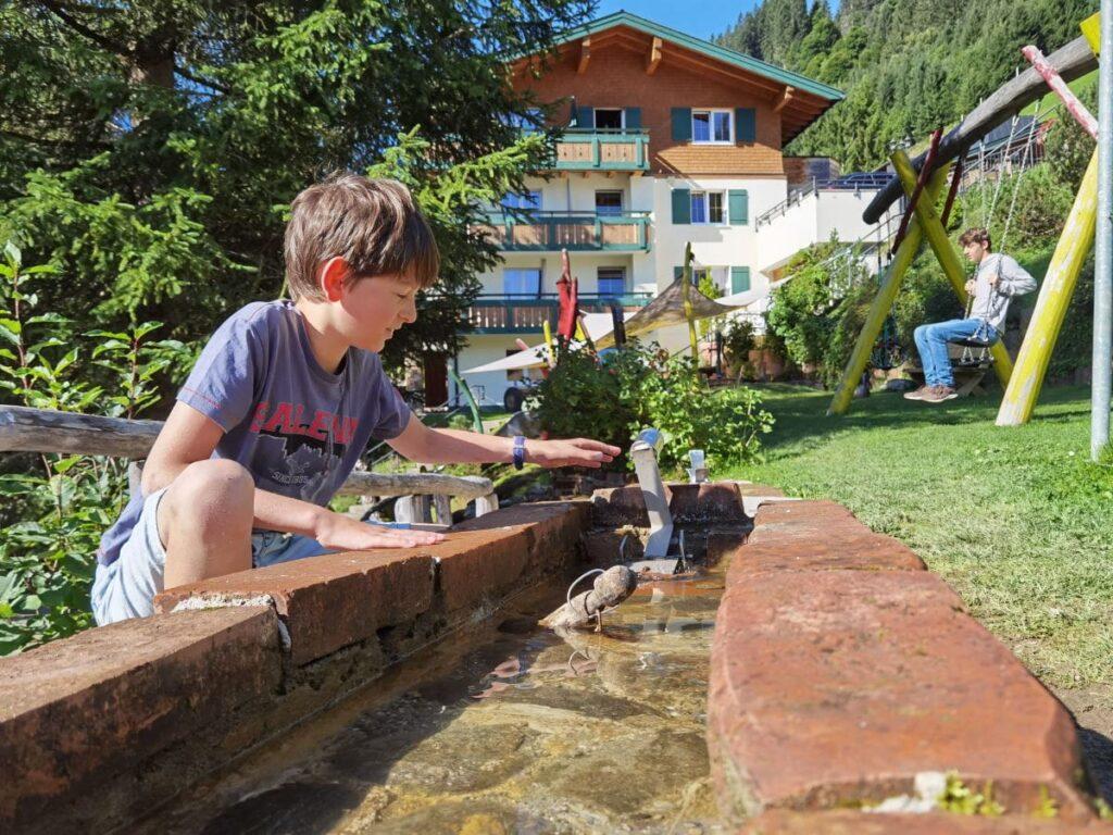 Der Spielplatz beim Rosenhof mit Wasserspielen und vielen Spielmöglichkeiten