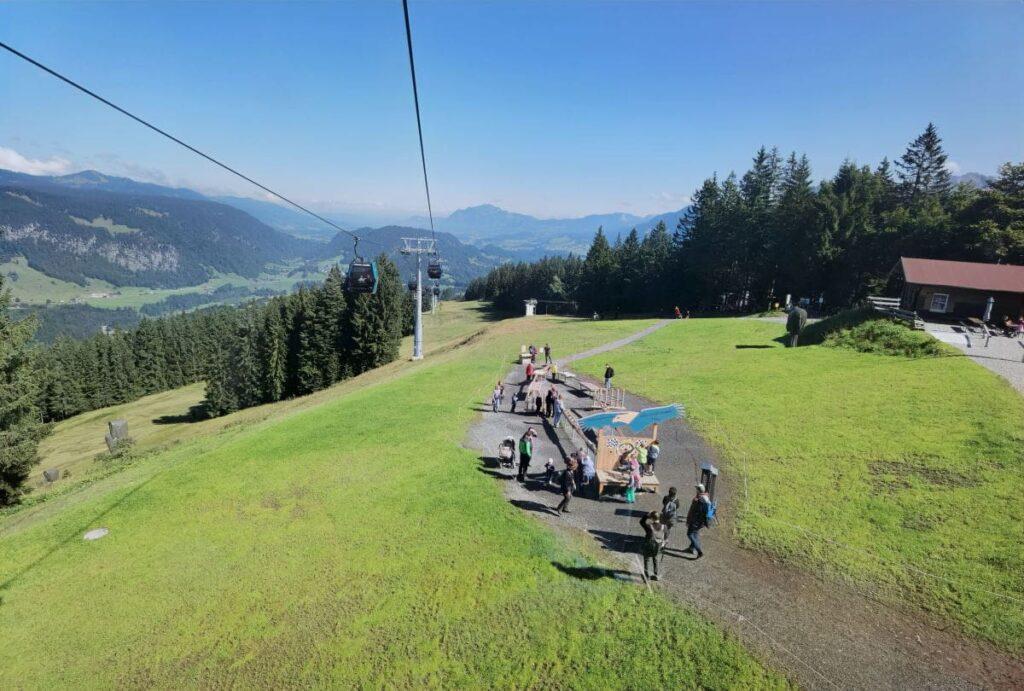 Ausblick aus der Gondel auf die erste Station der Kugelabhen - dem hochgelegenen Spielplatz in Oberstdorf
