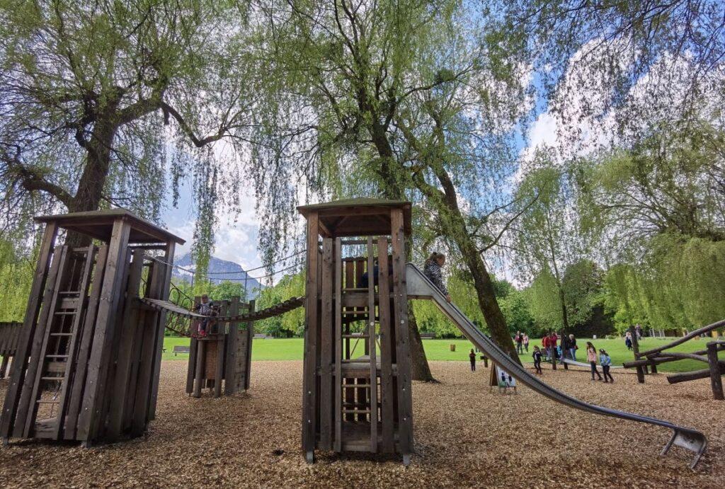Größter Spielplatz Salzburg im Park von Schloss Hellbrunn