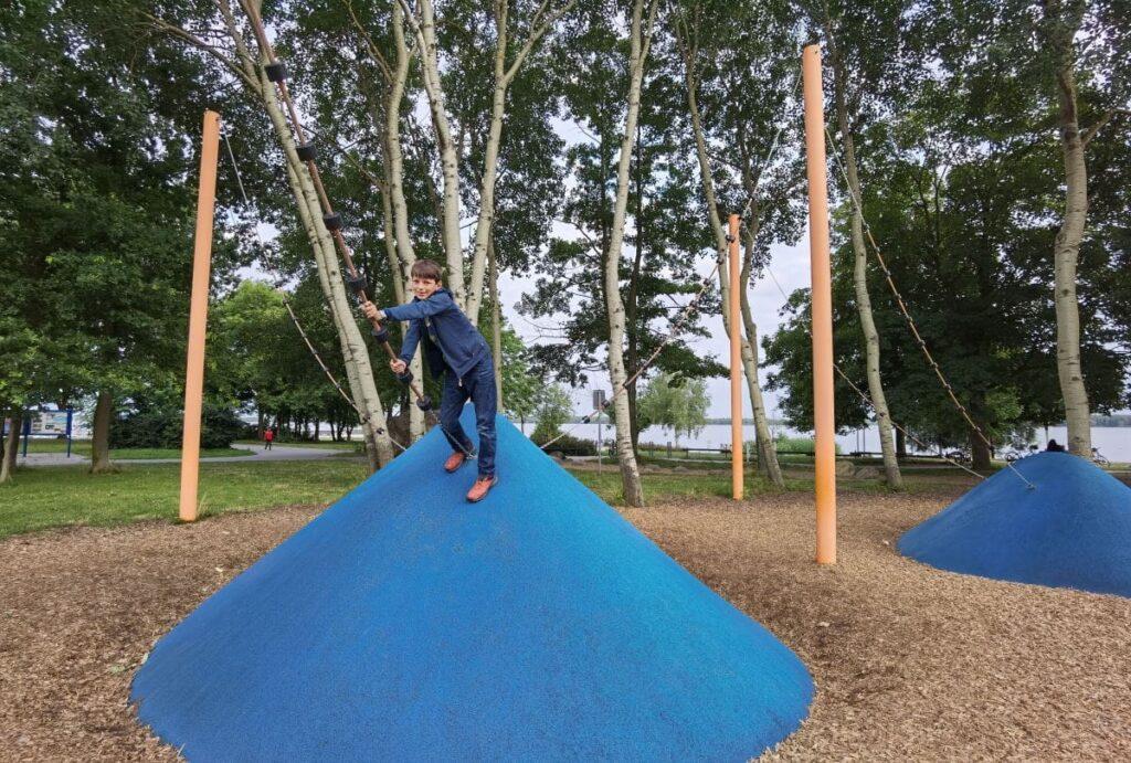 Von der Ferienwohnung ist es nicht weit zum Spielplatz am Senftenberger See mit Kindern