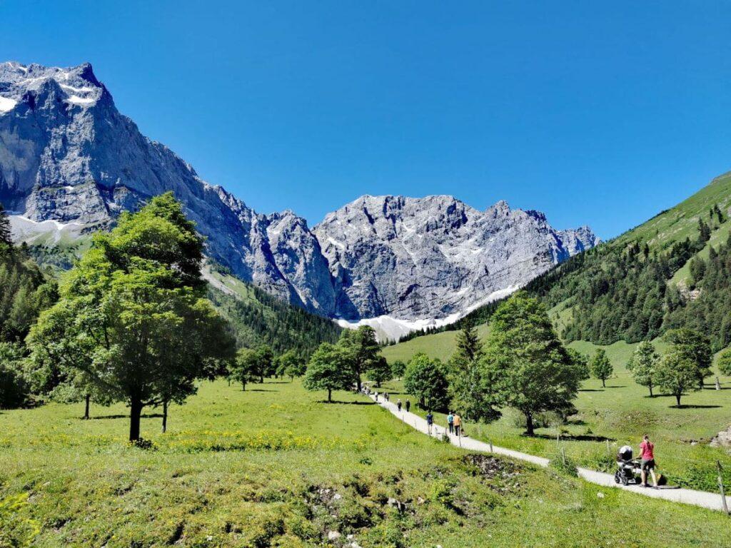 Kurzer Spaziergang zum Spielplatz Tirol - auch mit Kinderwagen möglich
