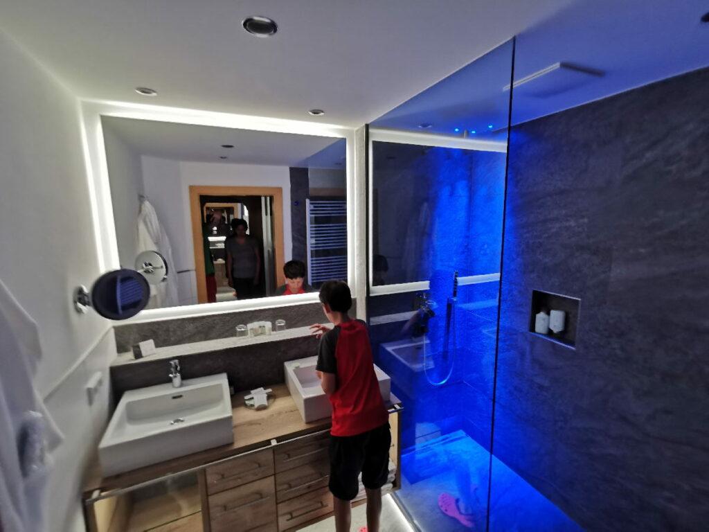 Die Dusche mit der blauen LED Beleuchtung hat es den Kindern angetan!