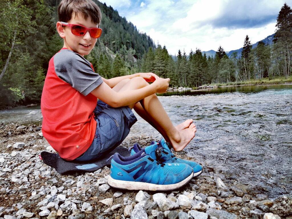 Schuhe aus und mit den Füßen rein in den See...