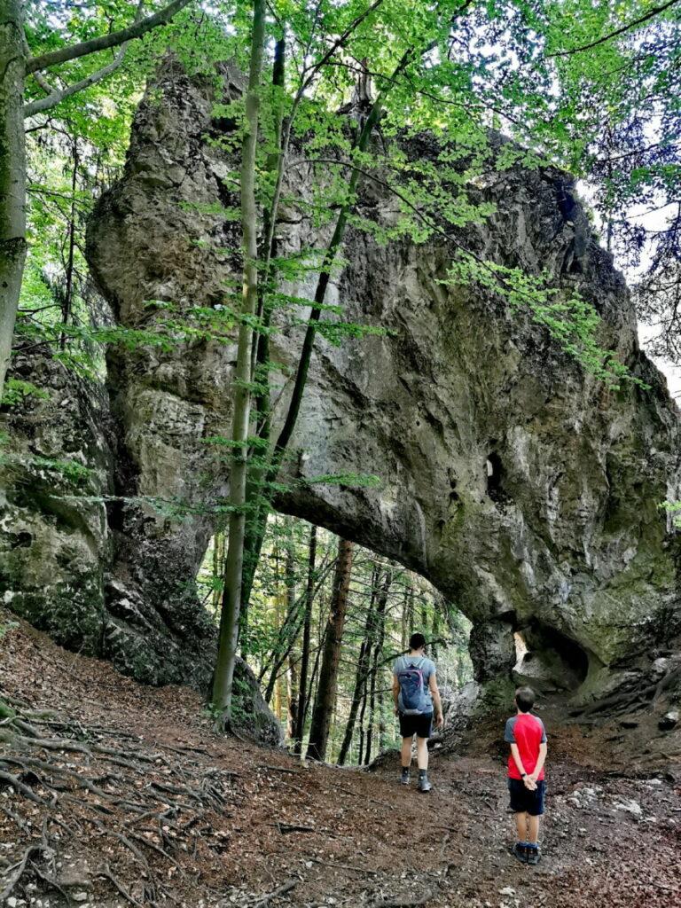 Oberhalb von der Klamm erreichen wir das riesige Steintor