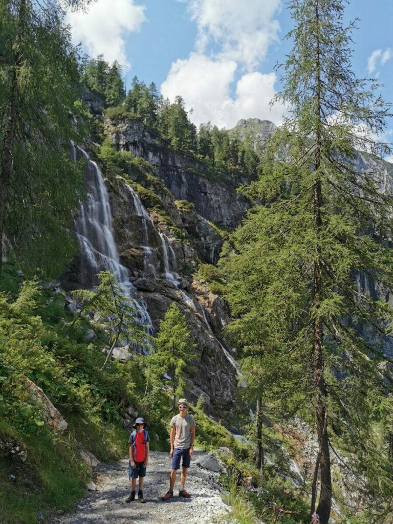 Die Tappenkarsee Wanderung führt an diesem Wasserfall vorbei