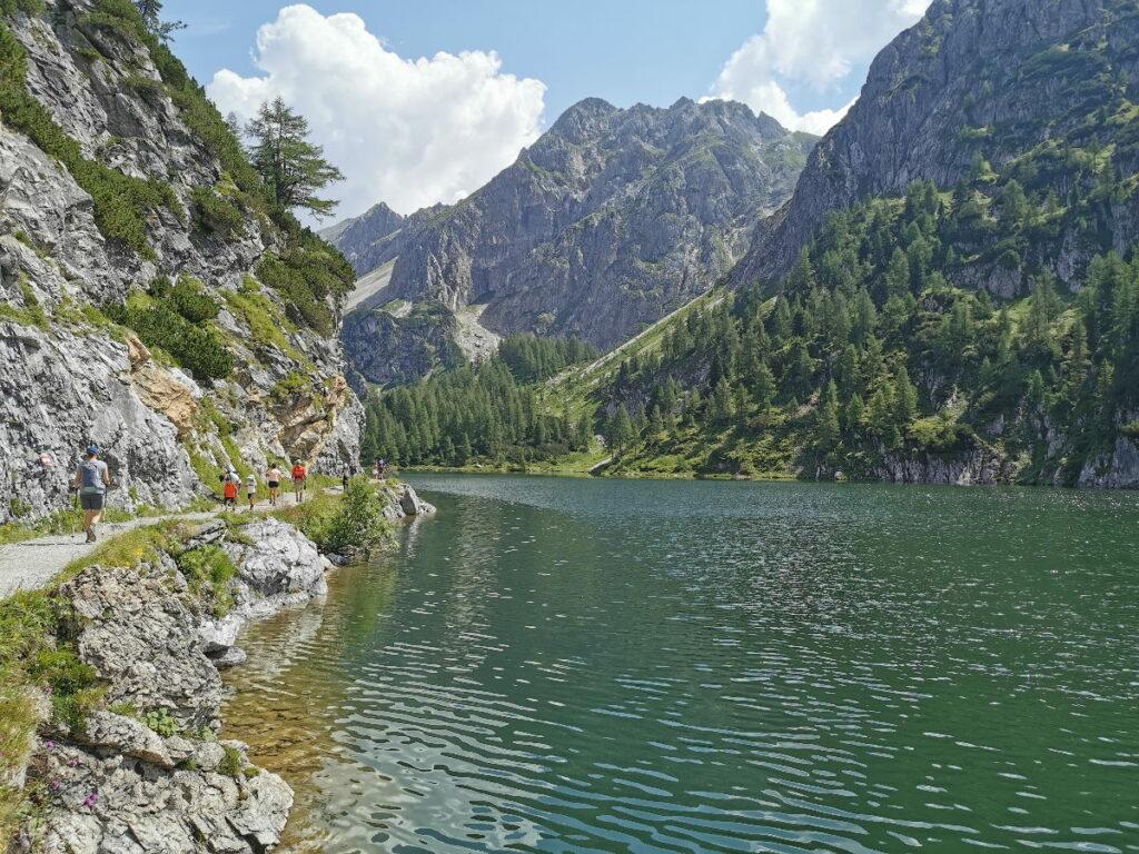Die Tappenkarsee Wanderung: Am Ufer entlang zur Alm und zur Hütte