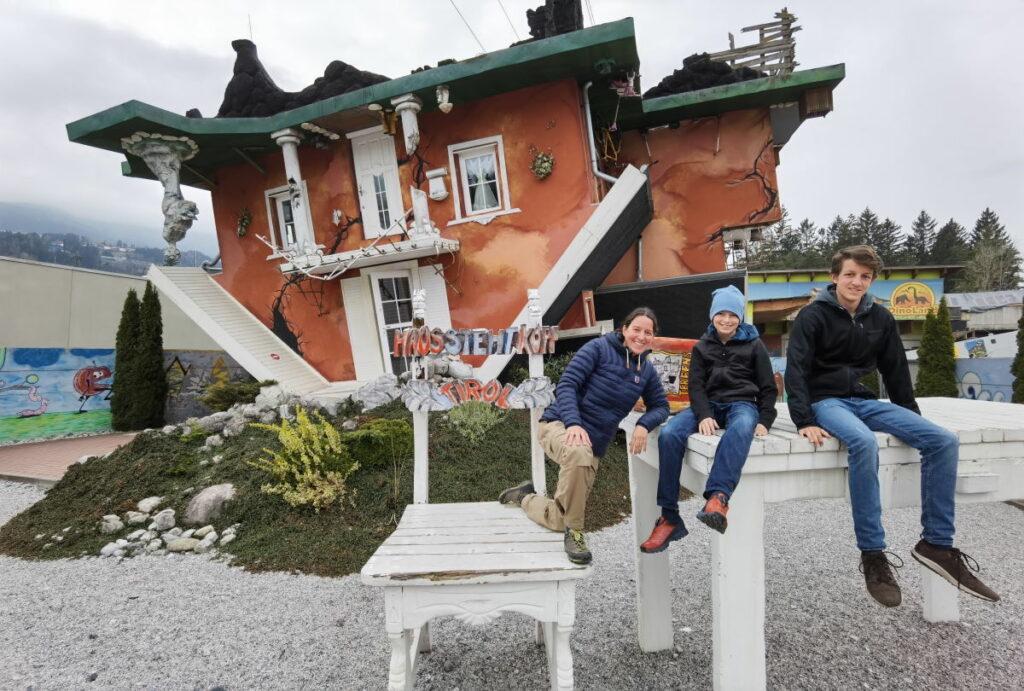 Haus steht Kopf - Fotomotiv von außen und von innen
