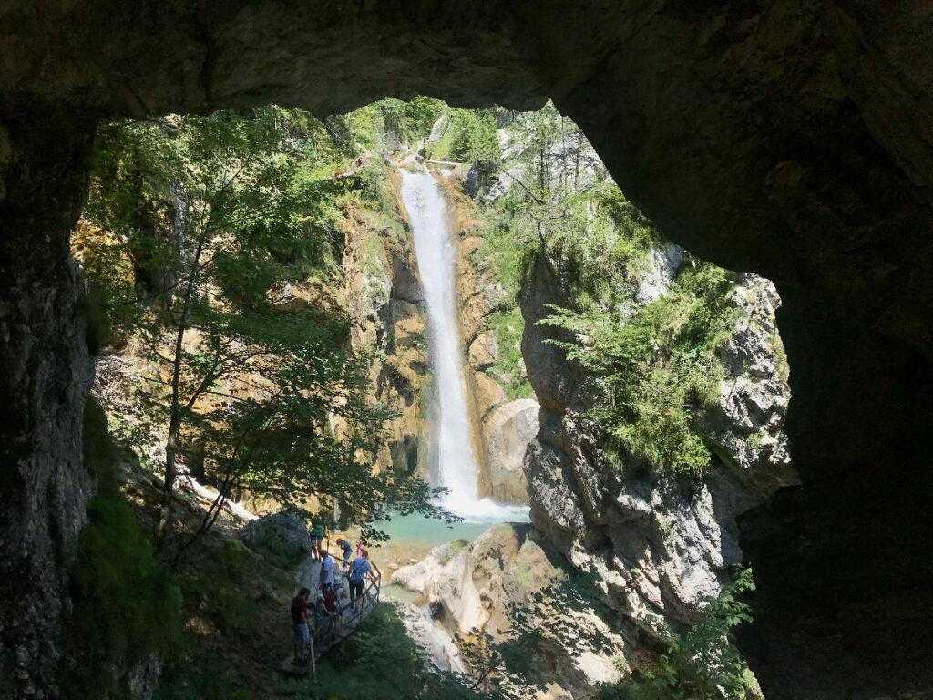 Der Blick aus den Felsen in der Tscheppaschlucht auf den Tschauko Wasserfall