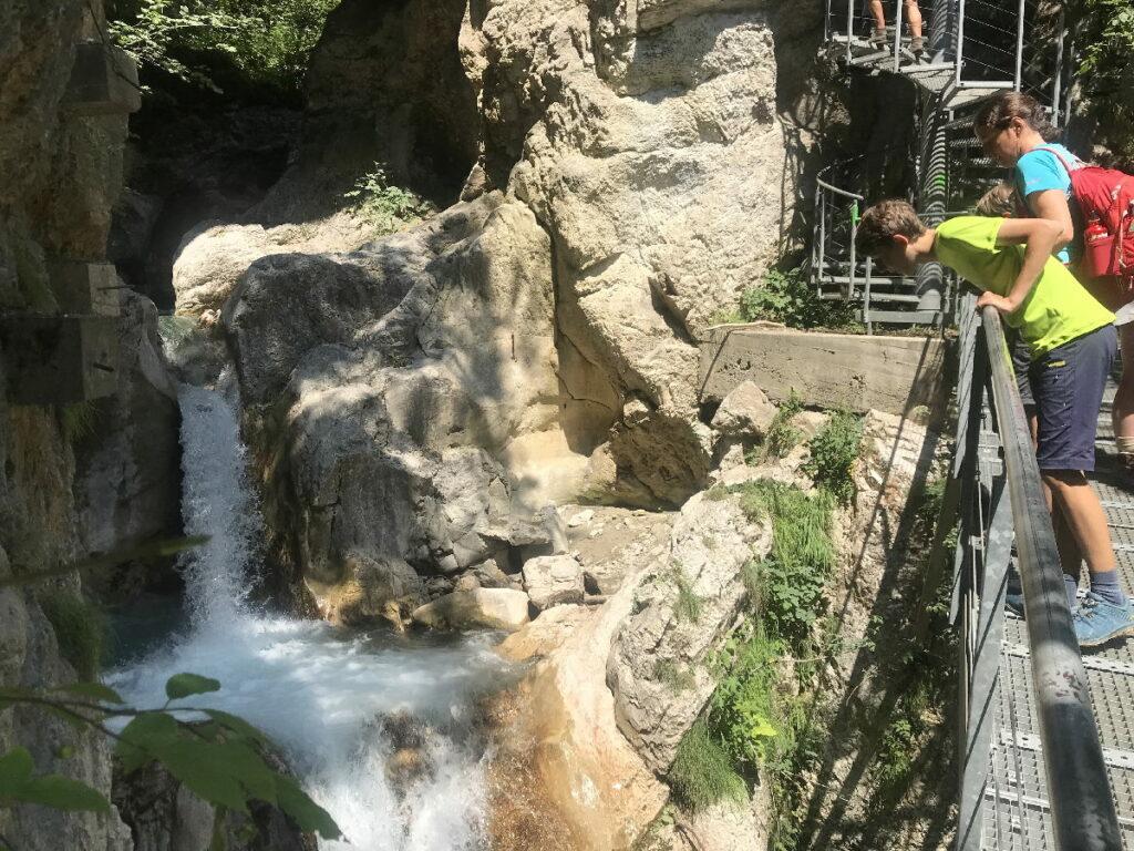 Der Aufstieg aus der Tscheppaschlucht hinauf zur Teufelsbrücke