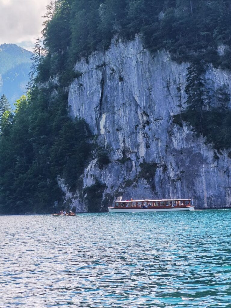 Imposant am Königssee mit Kindern - die steilen Felswände fallen senkrecht in den See