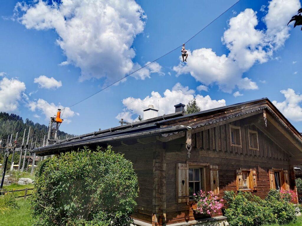 Erst wandern mit Kindern im Salzburger Land: Danach im Hüttendorf Almlust geniessen - oder mit dem Flying Fox über das Almdorf
