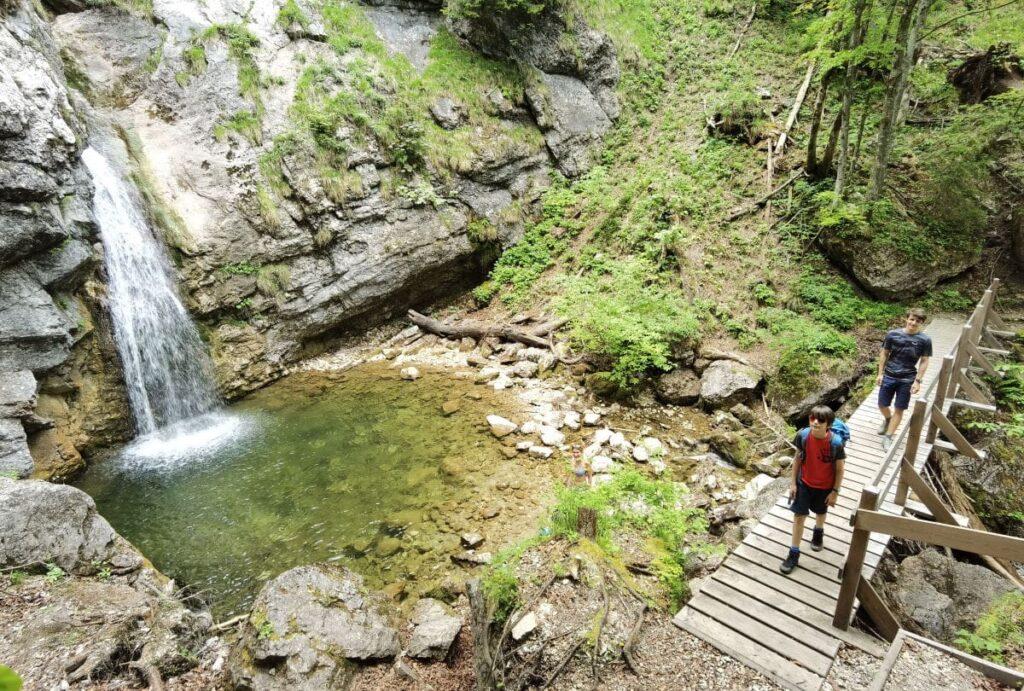 Zum Lochner Wasserfall am Walchsee mit Kindern wandern