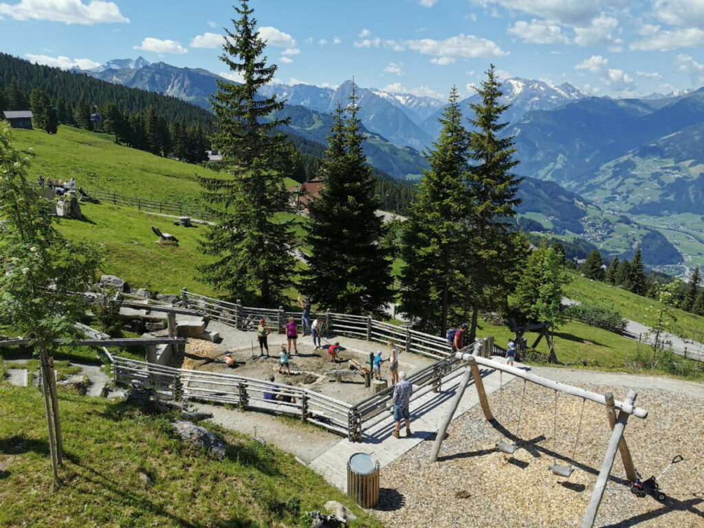 Hier siehst du links im Bild den Wasserspielplatz - samt Ausblick auf die Berge