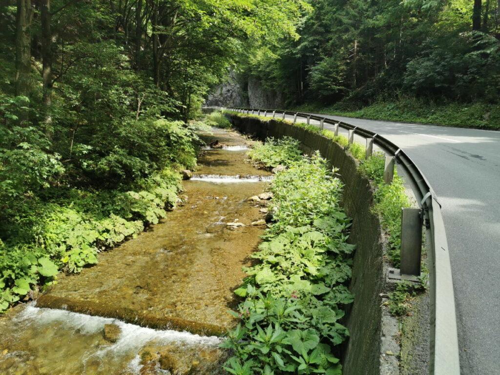 Neben der Straße fließt die Weiz talwärts