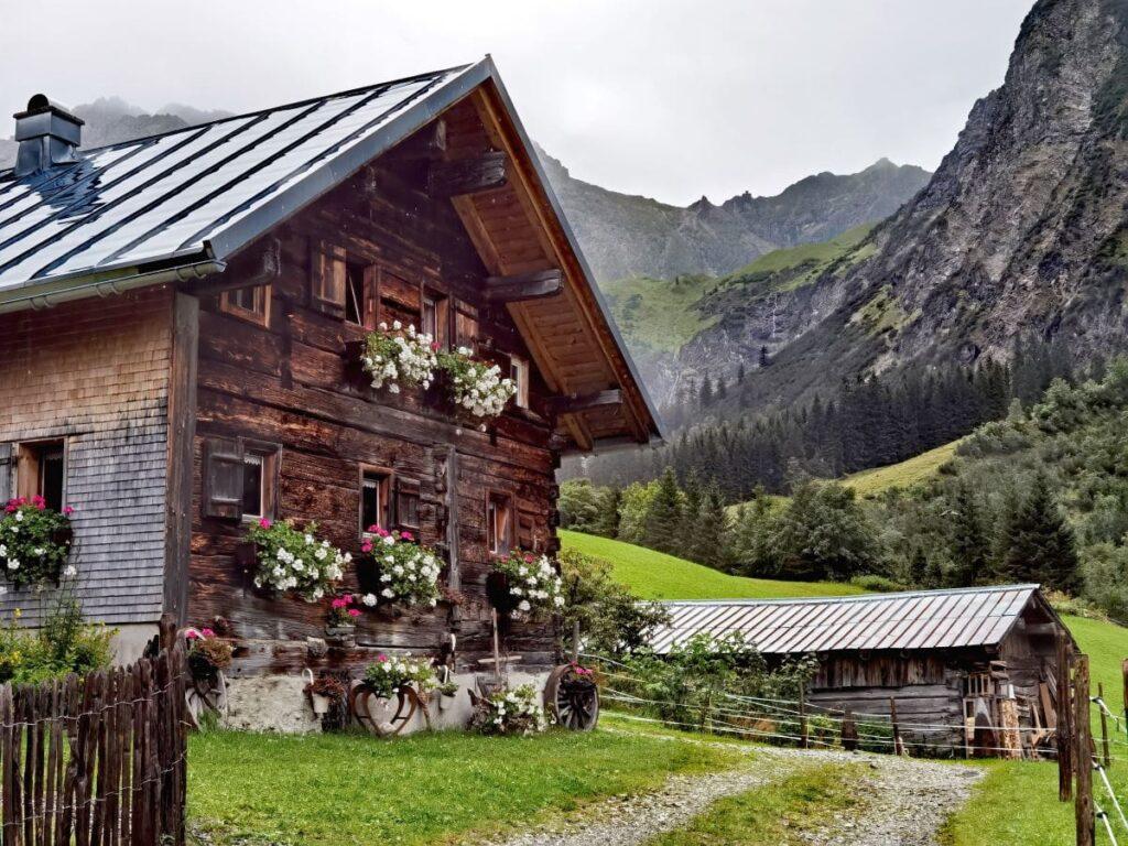 Durch das Wildental zum Wasserfall wandern - unterwegs kommst du bei einigen urigen Hütten vorbei