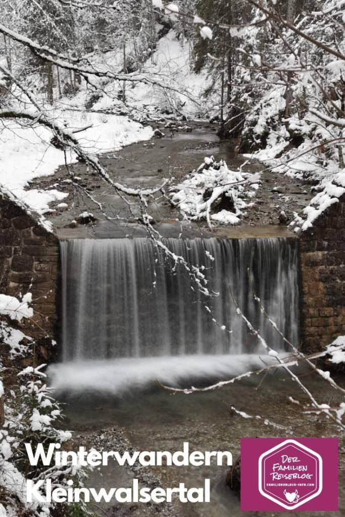 Winterwandern Kleinwalsertal am Wasser entlang, bis zur Wegabzweigung
