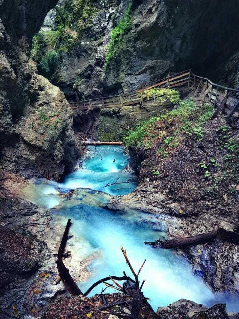 Das türkisblaue Wasser fließt aus dem Karwendel durch die Wolfsklamm