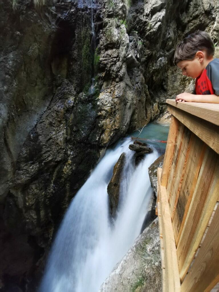 In der Wolfsklamm mit Kindern die Wasserfälle bestaunen