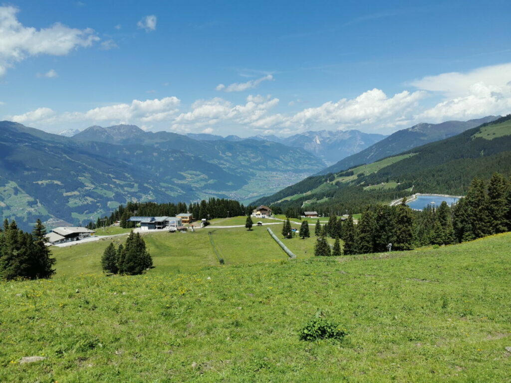 Zell am Ziller wandern mit Kindern - wir starten bei der Bergstation, rechts siehst du den Fichtensee