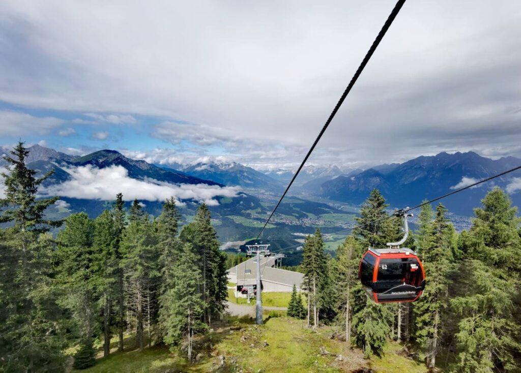 Mit der Gondel der Patscherkofelbahn hinauf zum Zirbenweg in Innsbruck
