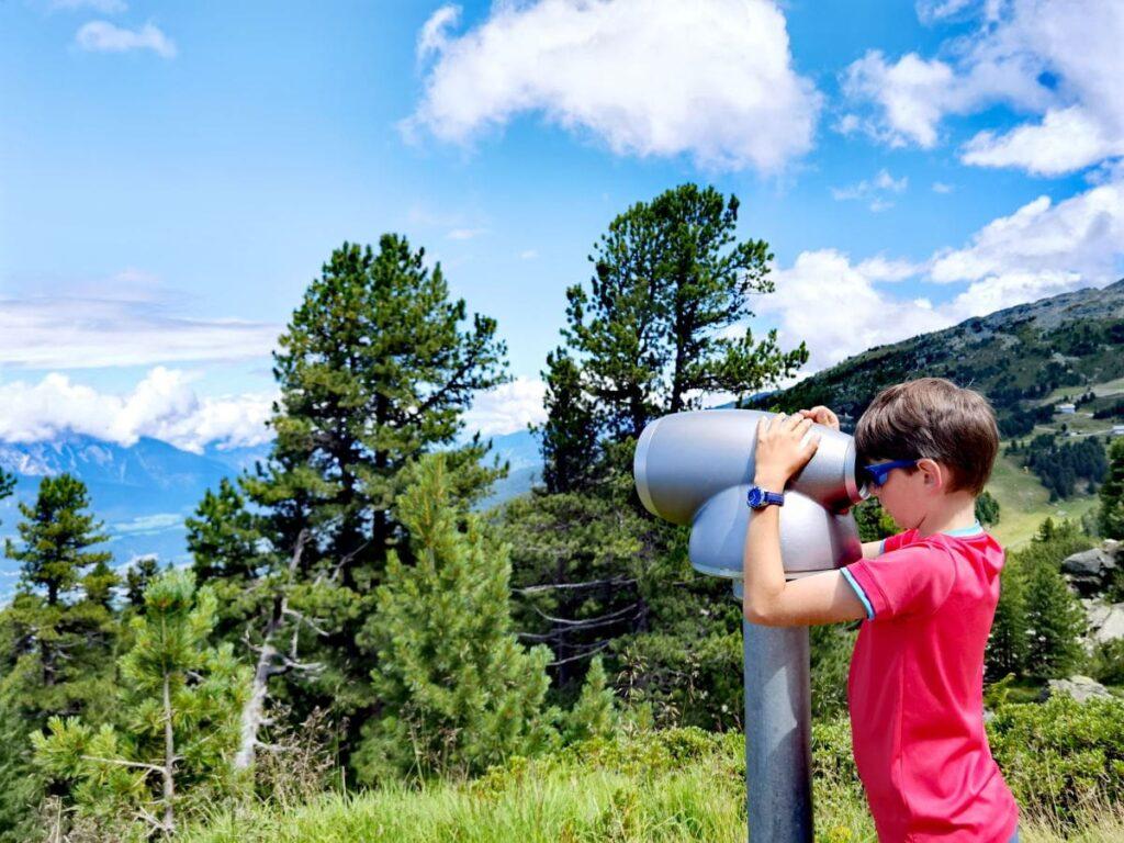 Pause am Zirbenweg mit Kindern - beim Viscope Fernrohr