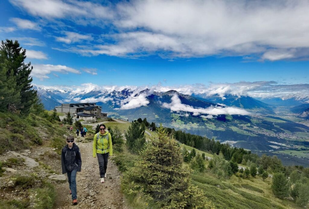 Von der Patscherkofel Bergstation auf den Zirbenweg wandern