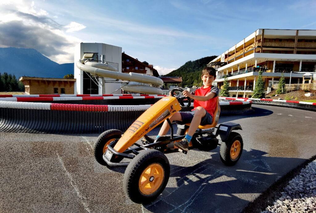 Das erste Highlight für die Kinder im Zugspitz Resort Ehrwald - die Tretauto-Rennbahn