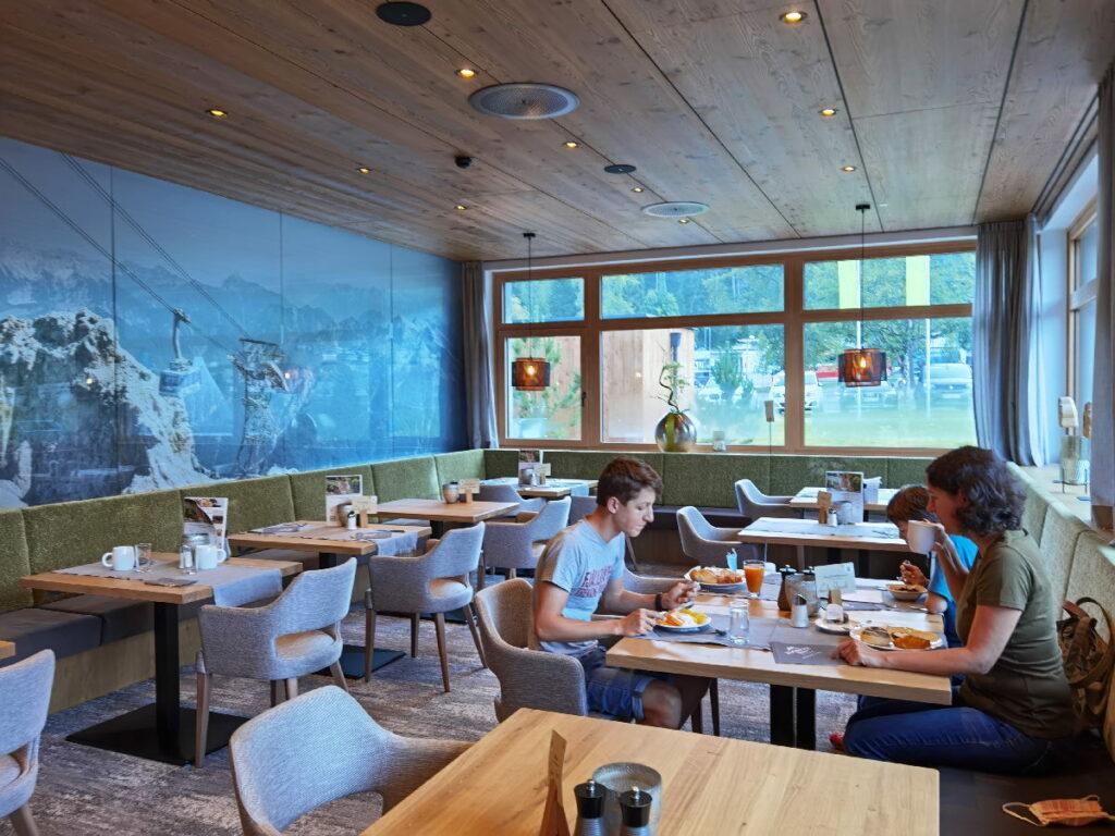 Unser Platz zum Frühstücken im Zugspitz Resort Ehrwald - mit Blick auf die Zugspitzbahn