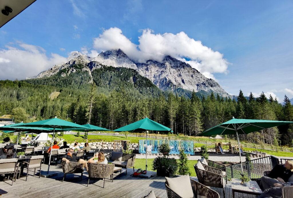 Ausspannen bei Kuchen und Ausblick im Zugspitz Resort Ehrwald