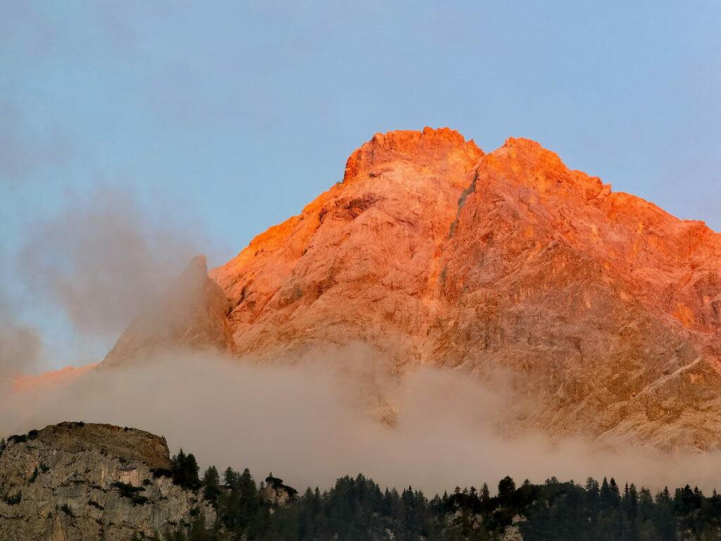 Ein Traum: Vom Zugspitz Resort Ehrwald schaust du beim Sonnenuntergang direkt auf die angeleuchtete Zugspitzwand