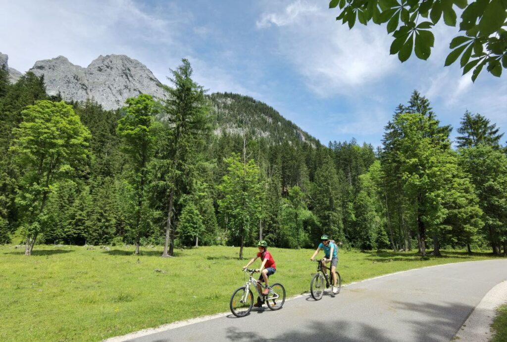 Radfahren in Berchtesgaden mit Kindern - durch das Klausbachtal geht es besonders aussichtsreich. Für den Autoverkehr verboten.