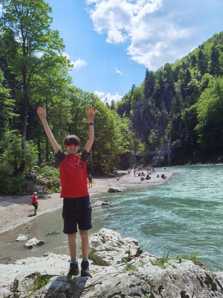 Unsere Wandern mit Kindern Tipps funktionieren :-) Die Kinder haben Spaß beim Wandern.